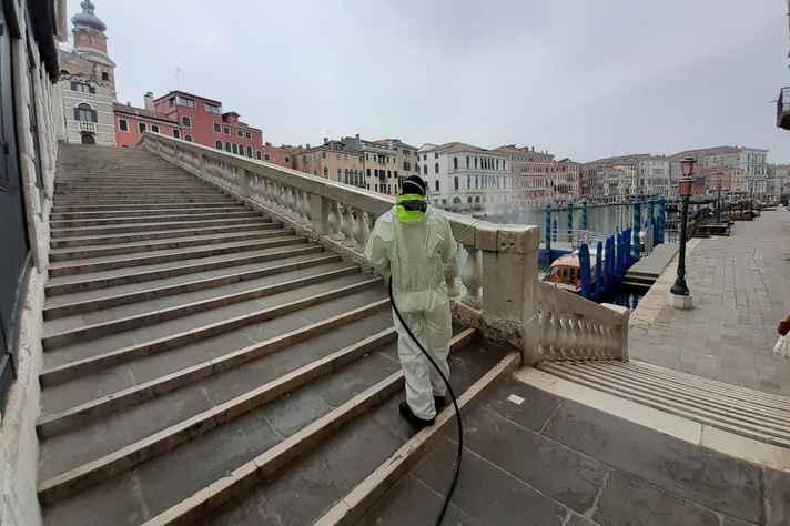 Técnico faz a higienização de espaço público na Itália, país que mais sofre com a pandemia do coronavírus