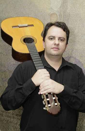 Celso Faria é recitalista de violão solo em formações camerísticas