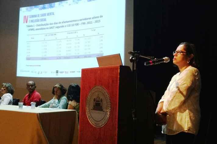 Regina Barbosa, diretora do Dast, fez apresentação no fórum