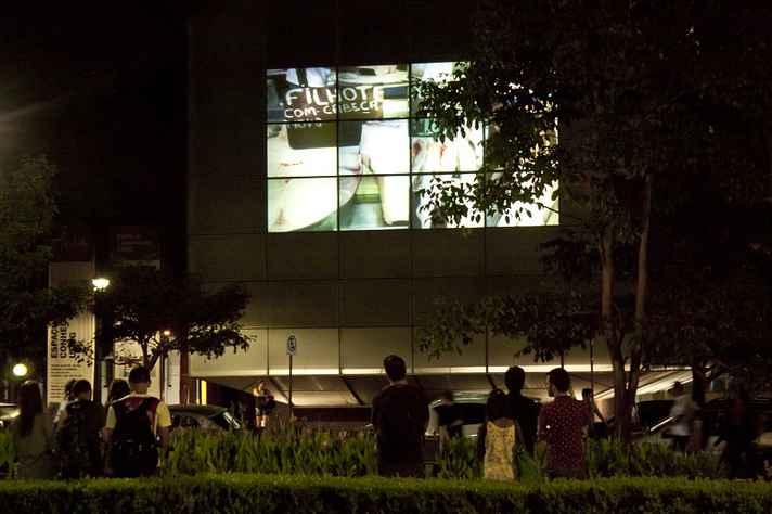 Fachada digital exibe projeções durante à noite ao público do Circuito Liberdade