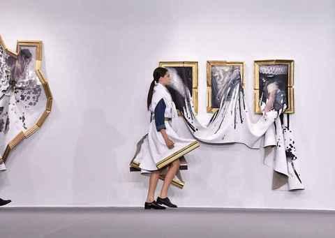 Desfile da coleção de alta costura da dupla holandesa Viktor & Rolf (outono-inverno 2015) propõe reflexão sobre as contaminações existentes entre arte e moda; looks foram encenados como moda e, em seguida, dispostos como obras de arte