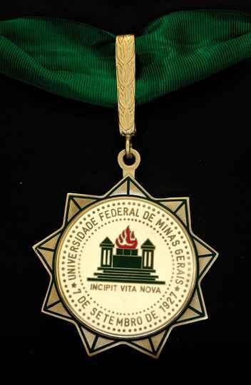 Medalha de Honra que será entregue em homenagem a ex-alunos de destaque