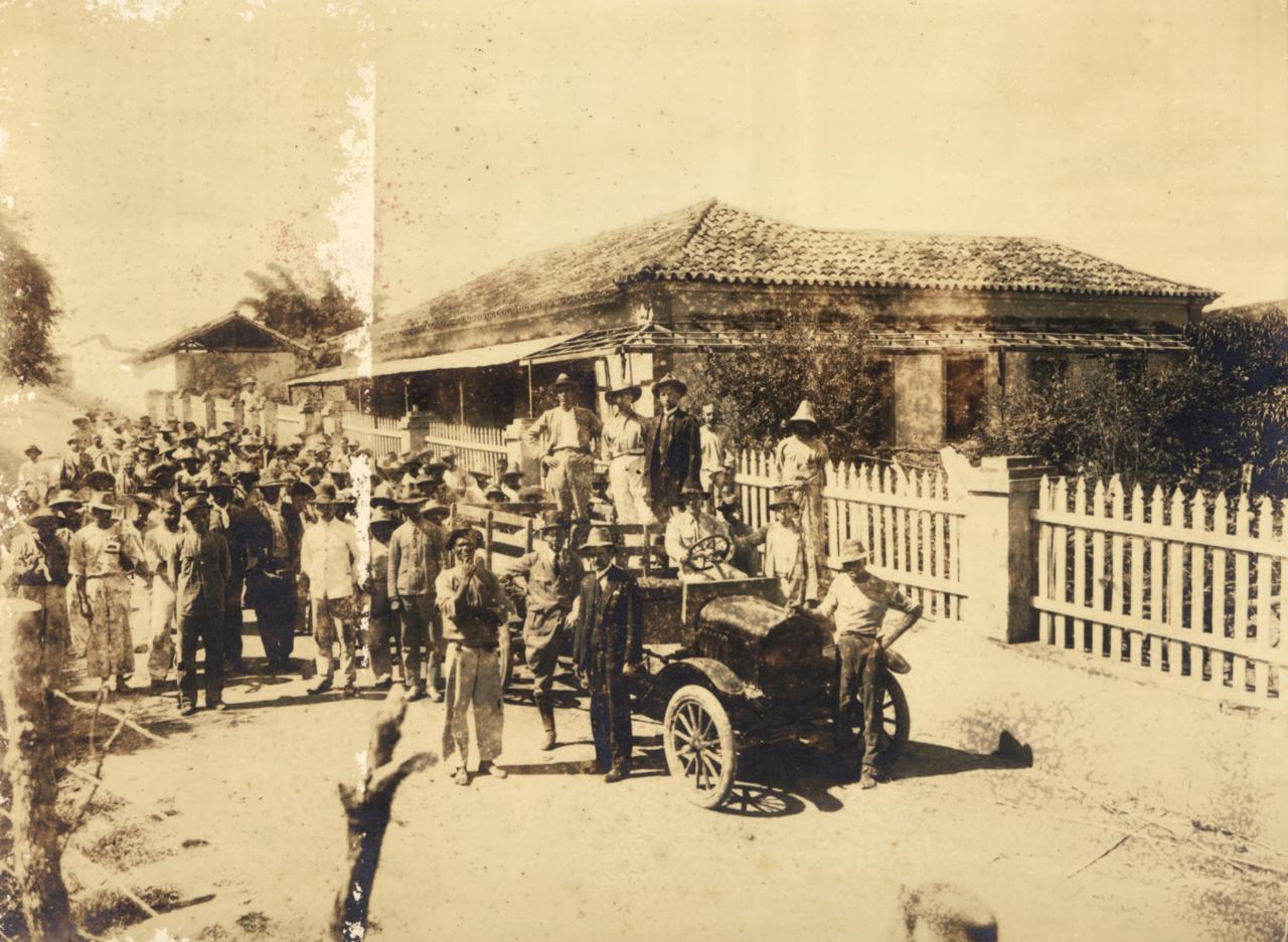 Grupo de pacientes deixa as obras de construção da Colônia dos Alienados de Barbacena, em 1921