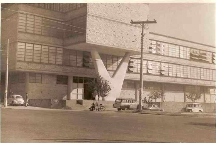 Fase de acabamento da fachada principal, na Avenida Olegário Maciel.