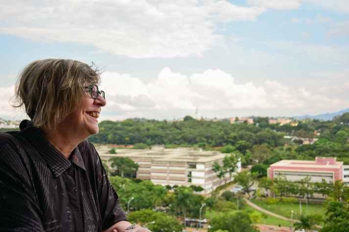 Heloísa Starling com o campus ao fundo: