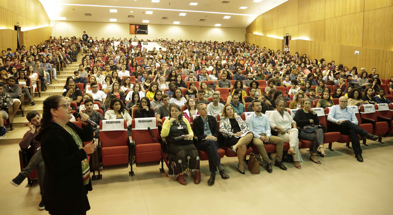 Calouros lotaram o auditório nobre do CAD 1 para acompanhar a aula magna da professora Marlise Matos