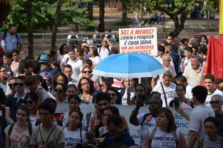 Estudantes protestam na ALMG contra o corte de verbas