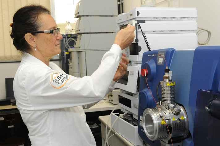 Professora Maria Beatriz de Abreu opera equipamento usado nos testes: método capaz de mapear 116 tipos de pesticidas