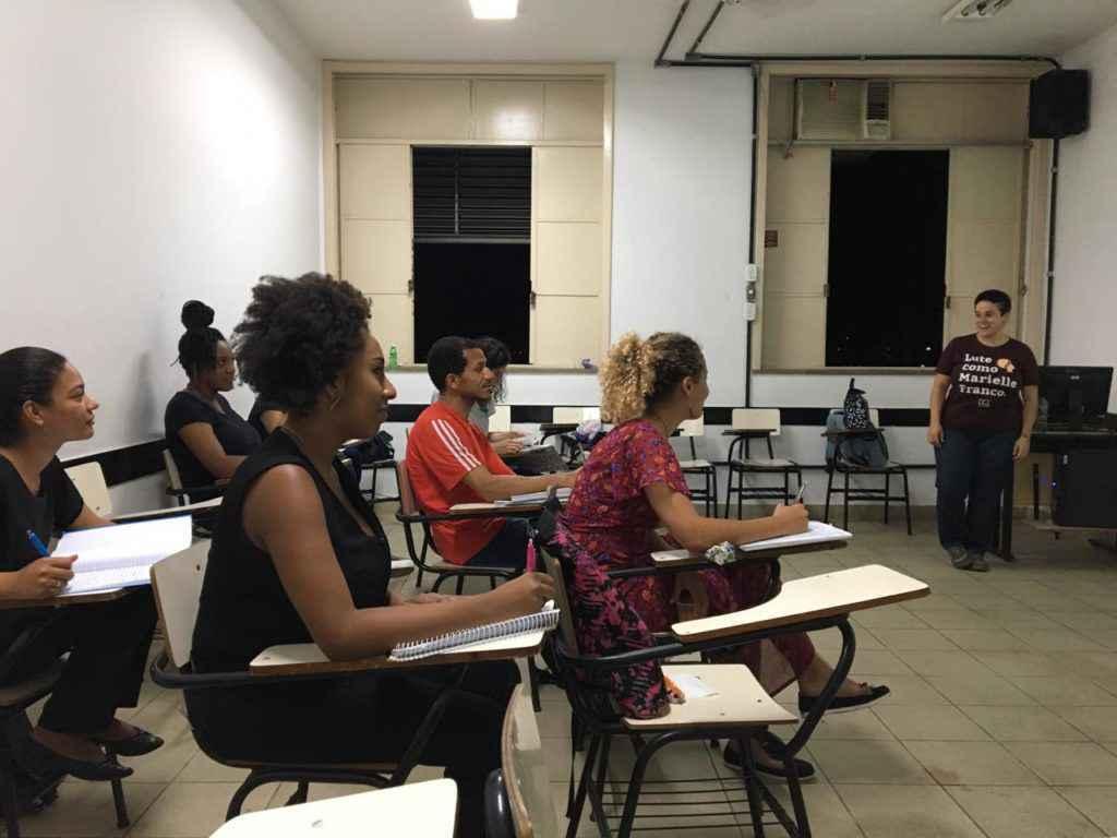 Alunos do cursinho Guimarães Rosa em sala de aula