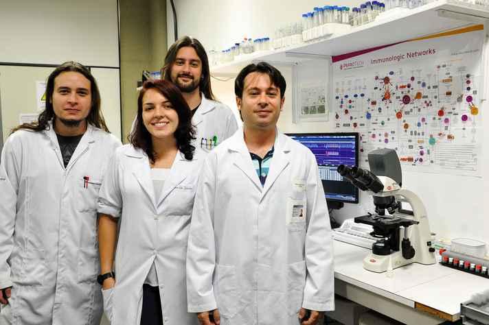 Professor Remo (à direita) e parte da equipe do Laboratório de Imunologia e Mecânica Pulmonar