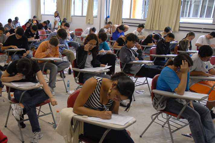 Estudantes em atividade em sala de aula