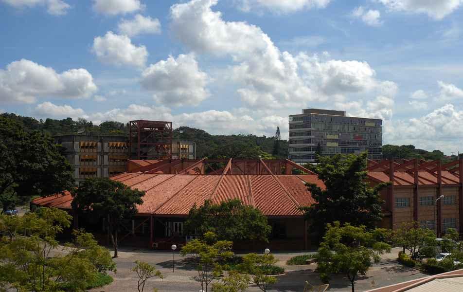 Praça de Serviços e Reitoria, ao fundo