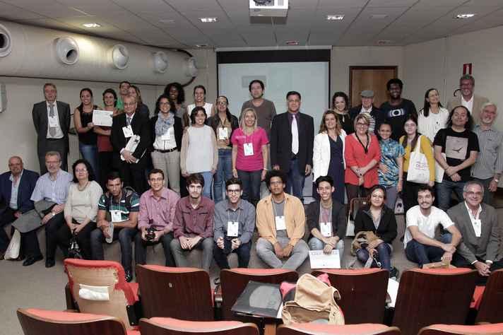 Participantes, representantes dos comitês consultivo e científico do evento e alguns dos vencedores do Prêmio Destaque Humanidades, ao fim da conferência realizada na Faculdade de Ciências Econômicas