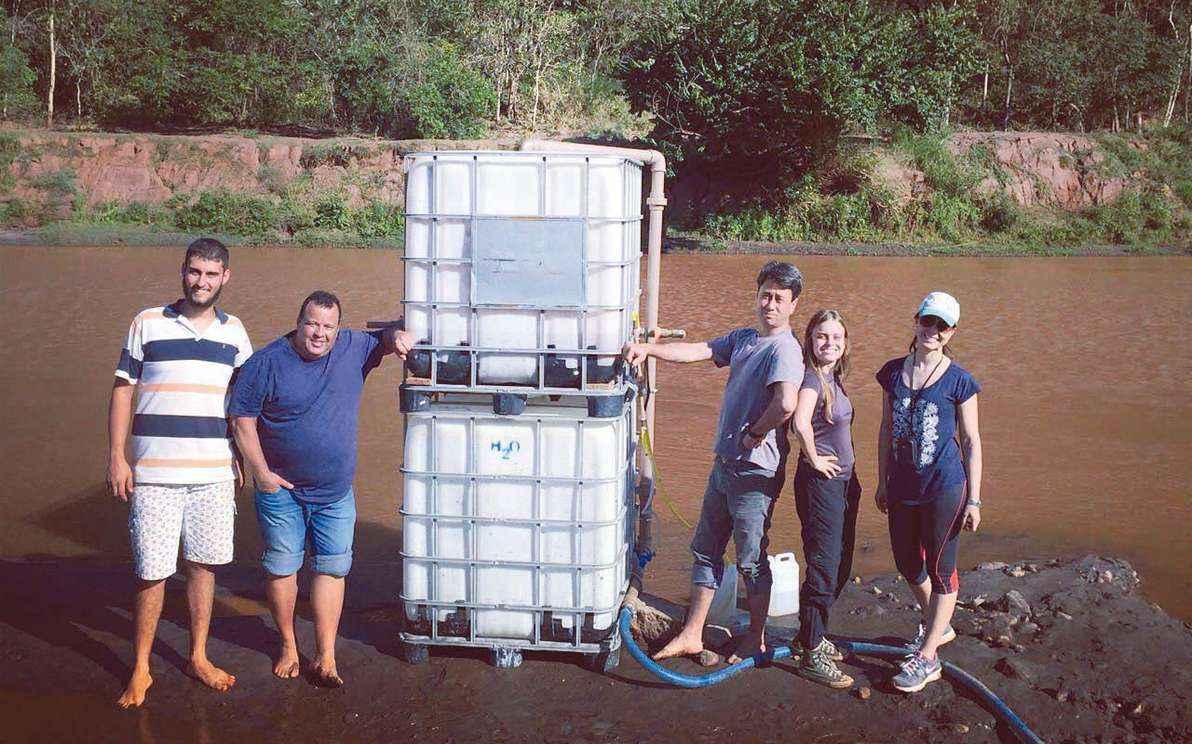 Equipe do projeto às margens do Rio Doce: Rafael Capruni, Sergio Tondato, Rochel Lago, Maria Paula Duarte e Thais Norte