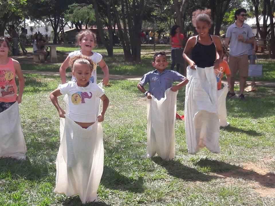 Corrida de sacos faz sucesso entre a criançada