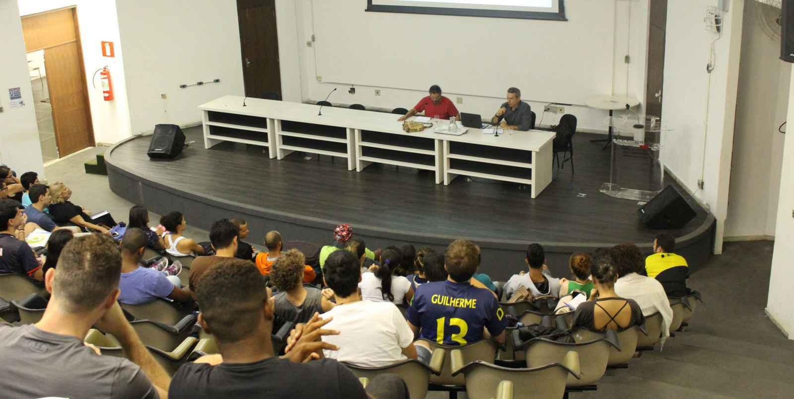 Estudantes da PPGIEL assistem a aula no auditório principal da EEFFTO