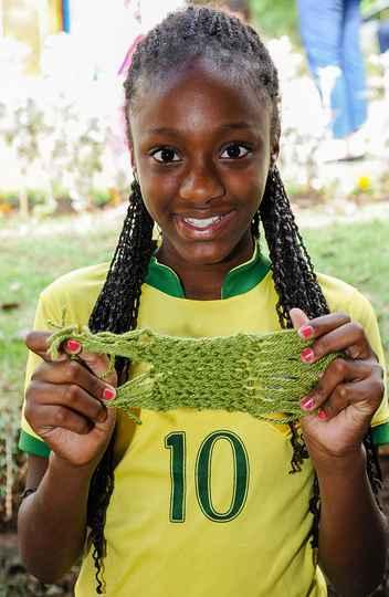 Luisa Ariya, aluna do CP, com seu pedaço de cachecol