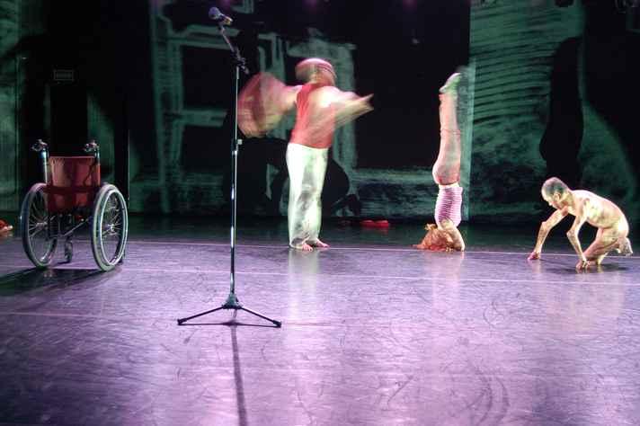 O fotógrafo Lelo Araújo, deficiente visual, produziu a imagem com base na audiodescrição de um espetáculo de dança