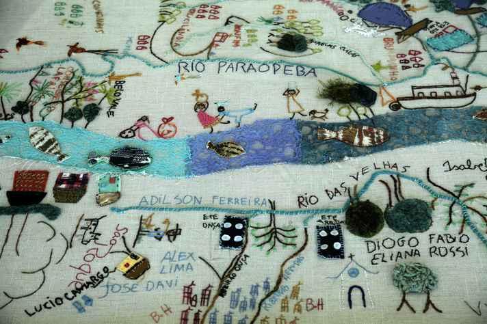 Bordado alusivo aos rios de Minas Gerais em exposição no saguão da Reitoria