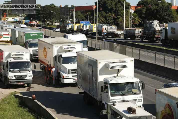 Caminhoneiros fazem protesto em rodovias do país