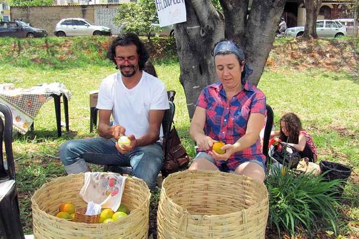 Durante intervenção, mediadores oferecem laranjas aos transeuntes.