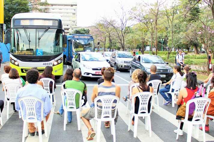 Pedestres se postaram na faixa e ofereceram resistência simbólica aos veículos que trafegavam pela Praça da Liberdade
