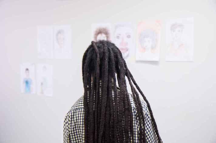Estudante em atividade da Formação Transversal em Relações Étnico-raciais: comissão vai trabalhar para estimular a valorização do conhecimento produzido por alunos negros e indígenas