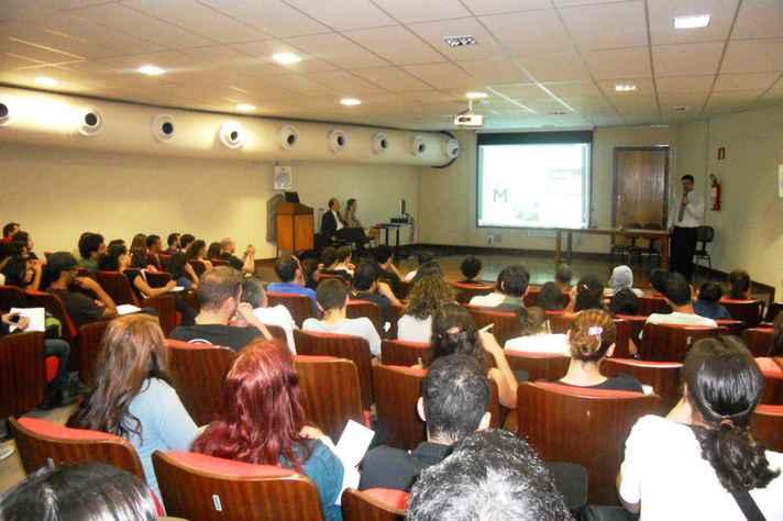 Estudantes em palestra no campus Pampulha