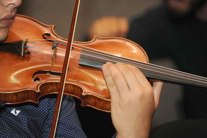 Candidato ao curso de Música (violino) em apresentação em edição passada do vestibular