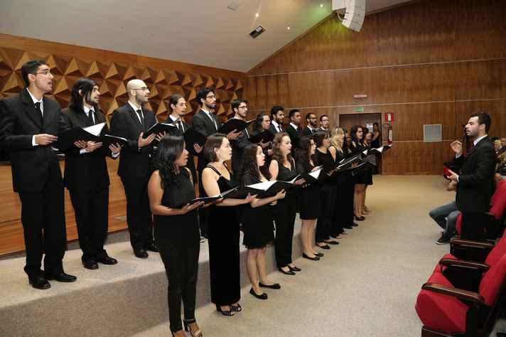 Coral da Escola de Engenharia, regido pelo maestro Gabriel Gama, se apresentou durante a solenidade
