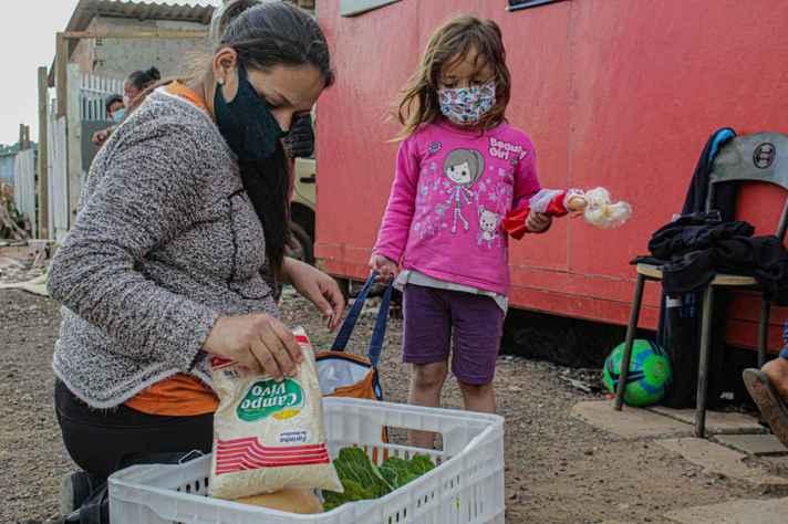Ação do MST de entrega de alimentos a famílias de Curitiba e Araucária, no Paraná