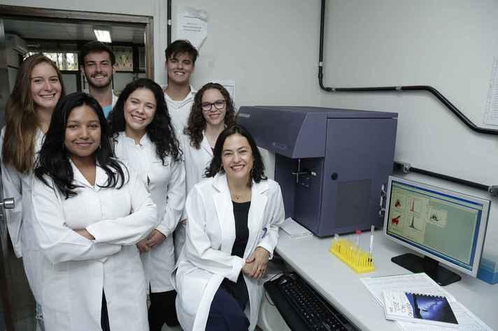Walderez Dutra (à direita) e estudantes envolvidos nas pesquisas: glicolipídios são os principais responsáveis pela ativação das células T DN na doença de Chagas