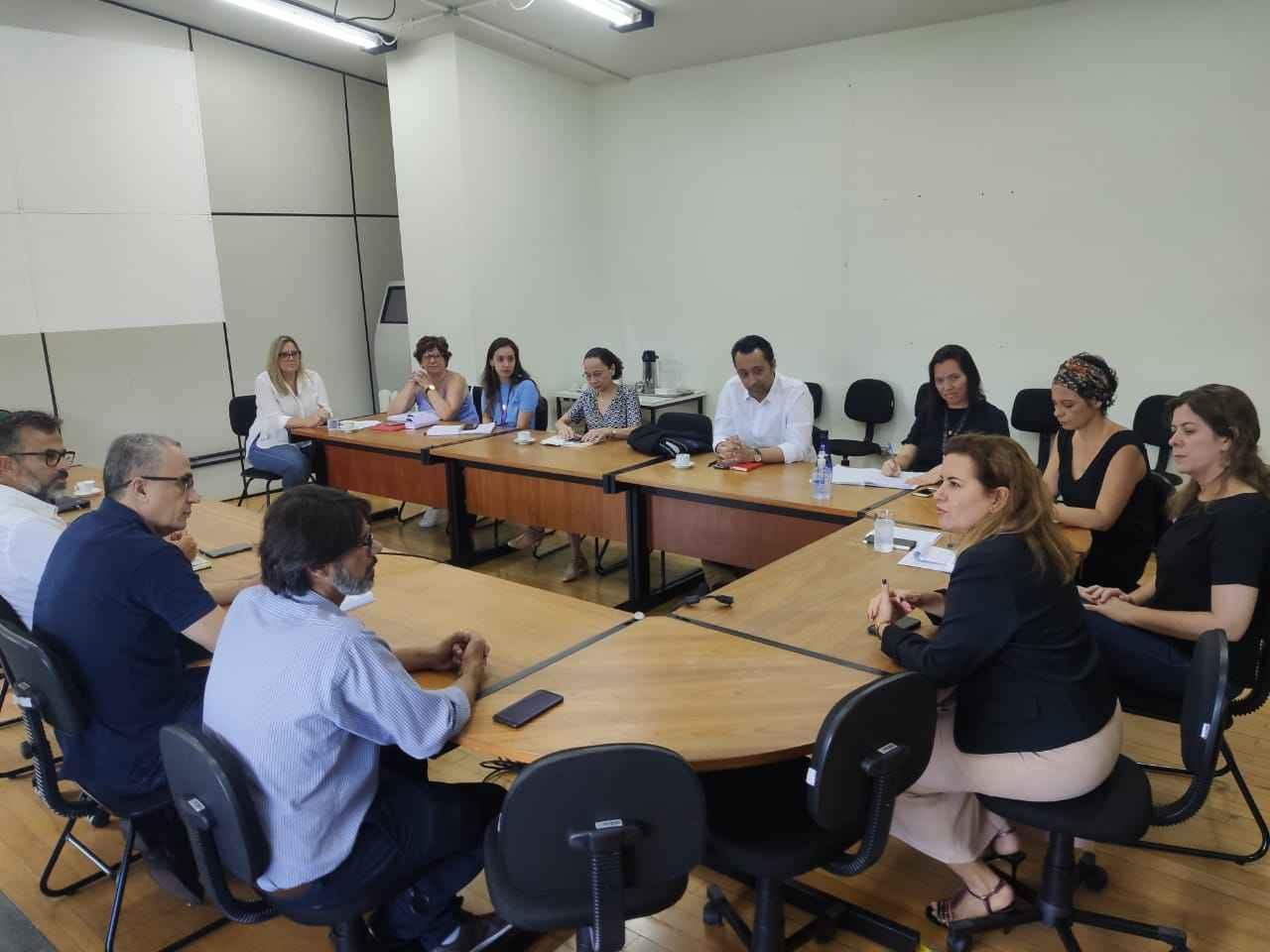 Medida foi definida em encontro que reuniu a reitora Sandra Goulart Almeida (à direita) com integrantes do comitê de enfrentamento do coronavírus