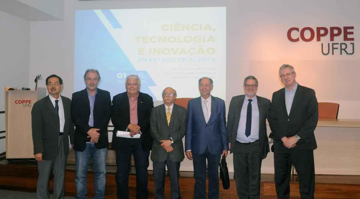 Cinco ex-ministros participaram do evento de lançamento de manifesto, inclusive o professor Clélio Campolina, da UFMG (terceiro da direita para a esquerda)