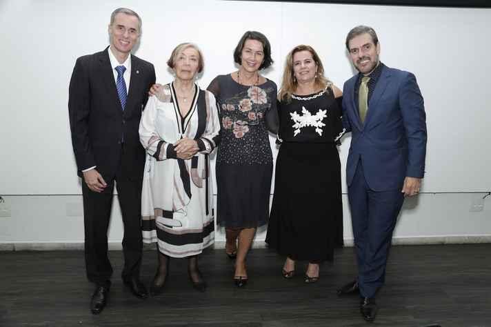 O vice-reitor da UFMG, Alessandro Fernandes; as homenageadas, Hilda Jiménez e Lívia de Castro; a reitora Sandra Goulart e o diretor da EEFFTO, Gustavo Pereira