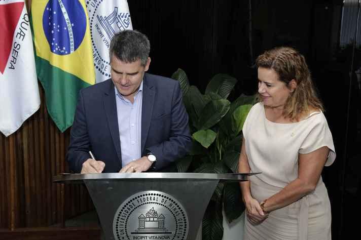 Paulo Brant e Sandra Goulart Almeida, em reunião na reitora da UFMG
