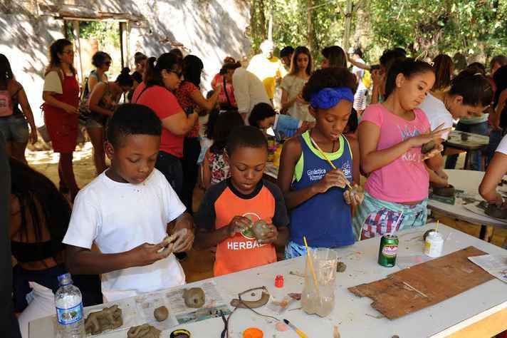 Crianças concentradas em uma das várias atividades oferecidas no evento