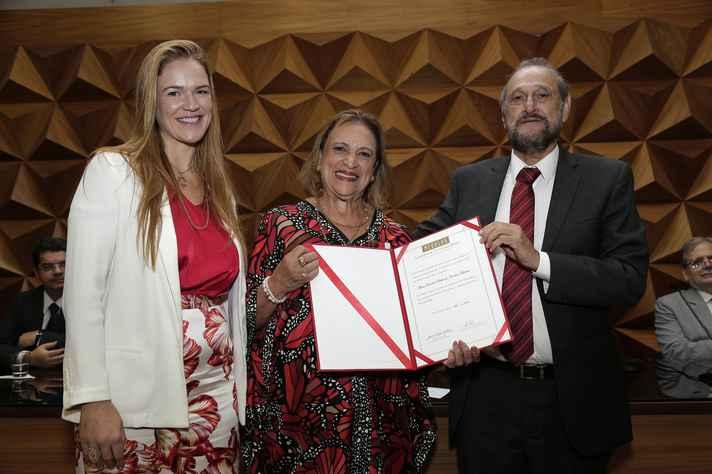 Ao lado da filha Maria Flávia Máximo, Consuelo Bethonico recebeu diploma e medalha do secretário de Transportes, Murilo Valadares