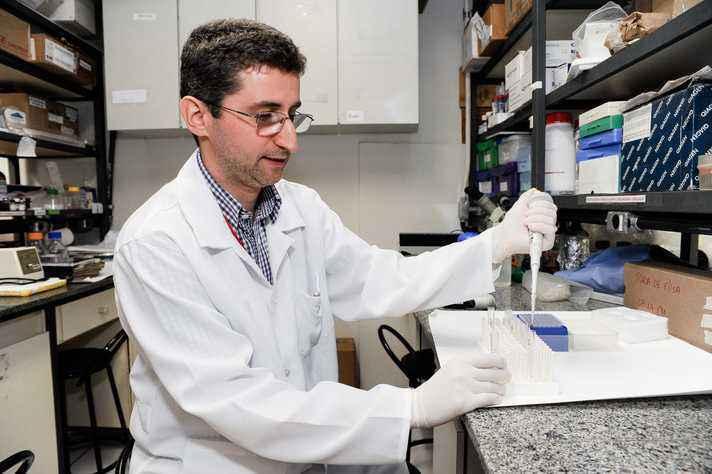 Rodolfo Giunchetti está desenvolvendo uma vacina contra dengue, zika e chikungunya, mas o trabalho corre o risco de ser interrompido com os cortes no CNPq