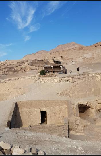 Entrada da tumba de Amenenhet (T123), que foi um sacerdote que ocupava diversos cargos, entre os quais o de contador de pães, que eram distribuídos como parte dos salários no Egito Antigo. O nobre serviu ao faraó Thutmosis III, da 18ª Dinastia, por volta de 1800 antes de Cristo
