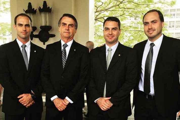 Da esquerda pra direita: deputado federal Eduardo Bolsonaro (PSL/SP), presidente Jair Bolsonaro (PSL), senador Flávio Bolsonaro (PSL/RJ) e vereador Carlos Bolsonaro (PSC/RJ)