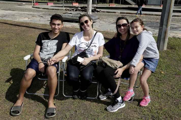 Elvira de Oliveira (de preto), ex-aluna da Faculdade de Farmácia, trouxe a família
