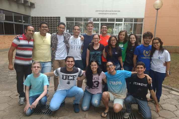 João Paulo Martins (em pé, à esquerda) e alunos: os quatro concorrentes brasileiros trouxeram medalhas da Europa