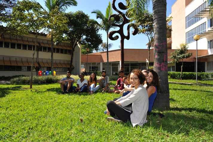 Estudantes da Formação Transversal em Acessibilidade e Inclusão em jardim da Faculdade de Educação