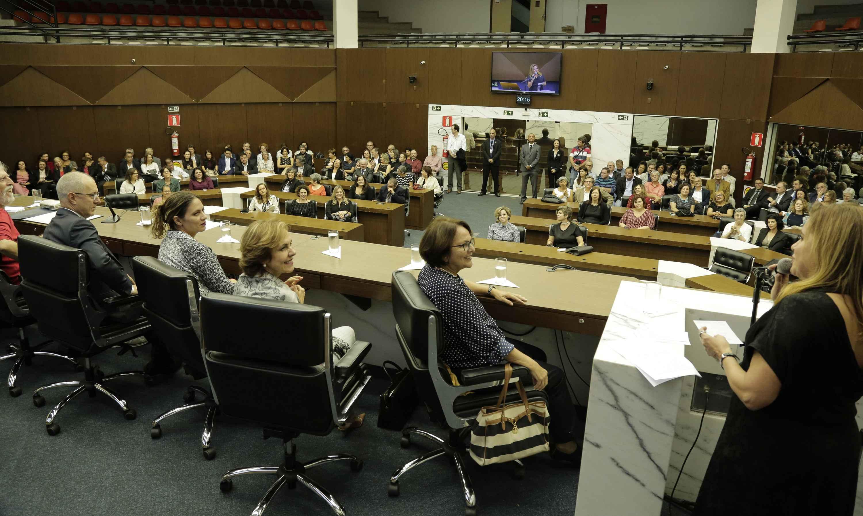 Sandra Goulart Almeida discursa para uma plateia formada majoritariamente por colegas e amigos da UFMG