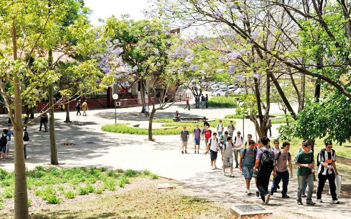 Estudantes nas imediações da Praça de Serviços, no campus Pampulha