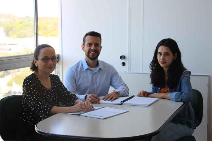 Os professores Benigna Oliveira e Bruno Teixeira e a coordenadora do Setor de Estatística da Prograd, Carolina Silva Pena
