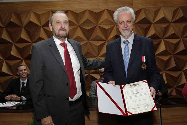 Leo Heller (à direita) recebeu medalha e diploma de Murilo Valadares