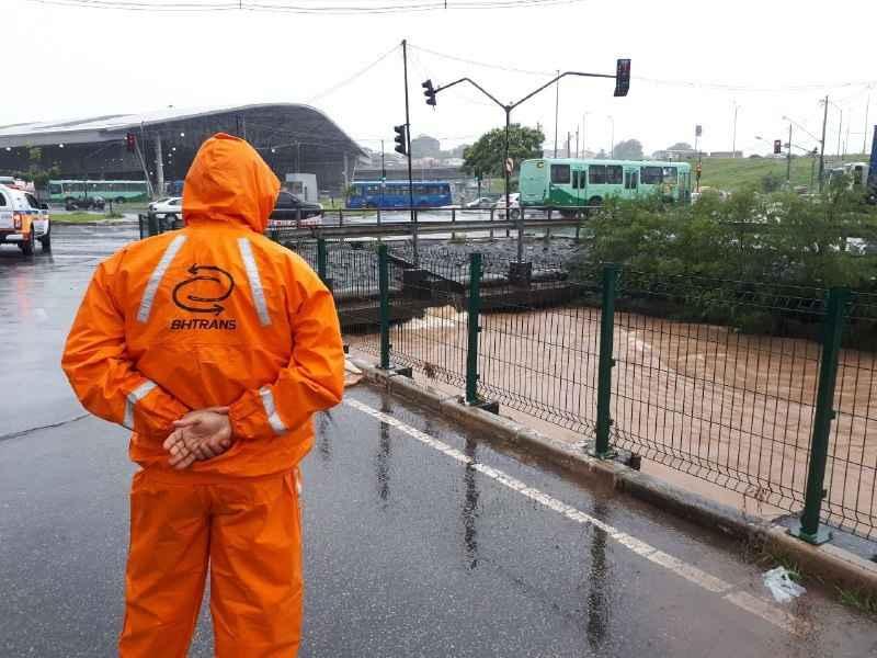 Agente da BHTrans monitora Ribeirão do Onça, no bairro São Gabriel.