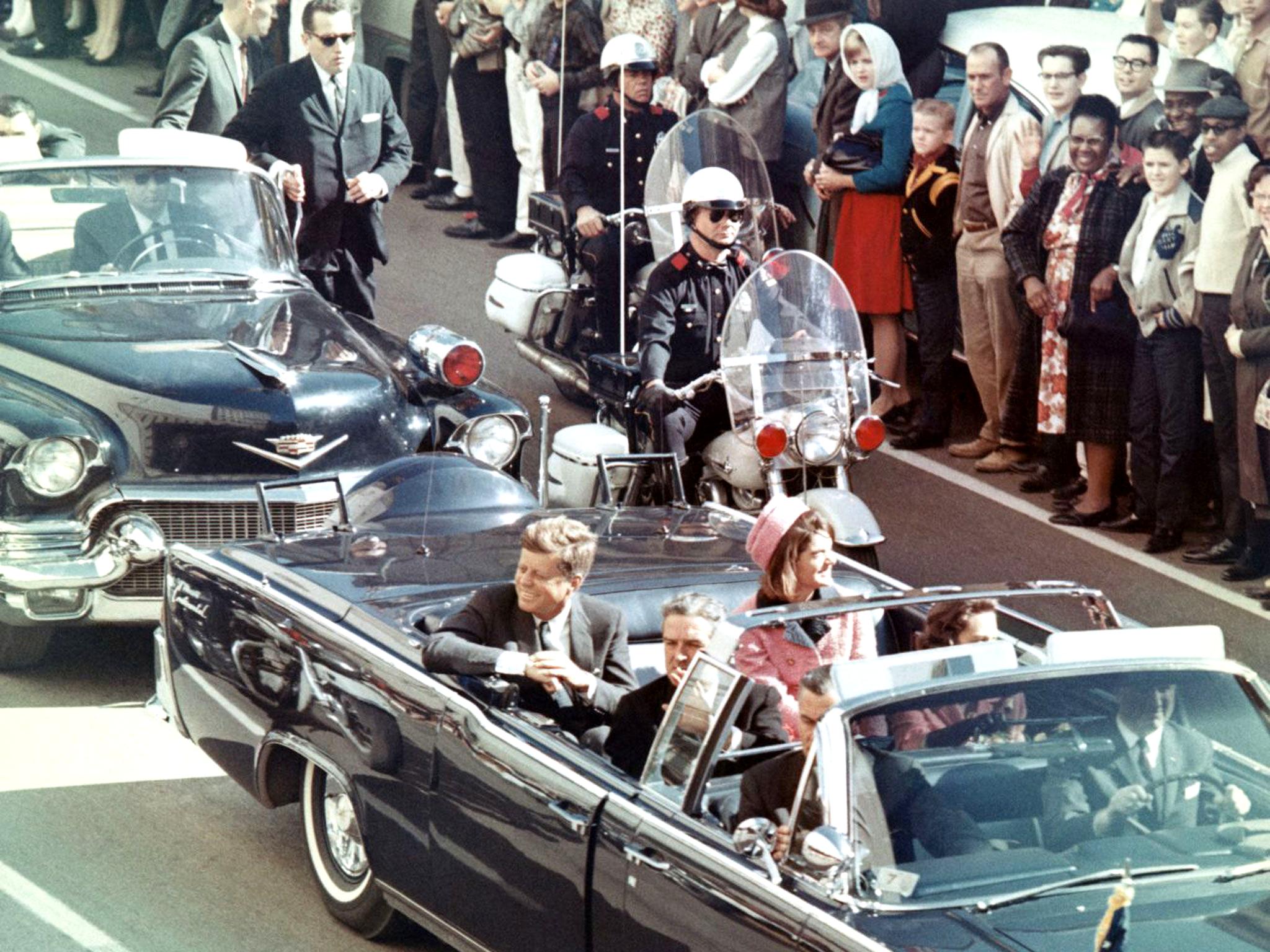John F. Kennedy, sua esposa (Jacqueline) e o governador do Texas, John Connally, na limusine presidencial, minutos antes do assassinato